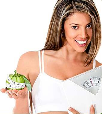 girl-holding-garcinia-and-weight-scale